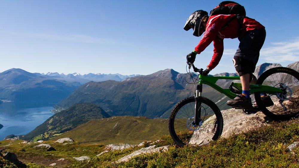 downhill-biking-storfjorden-sveinung-myrlid-1400x787
