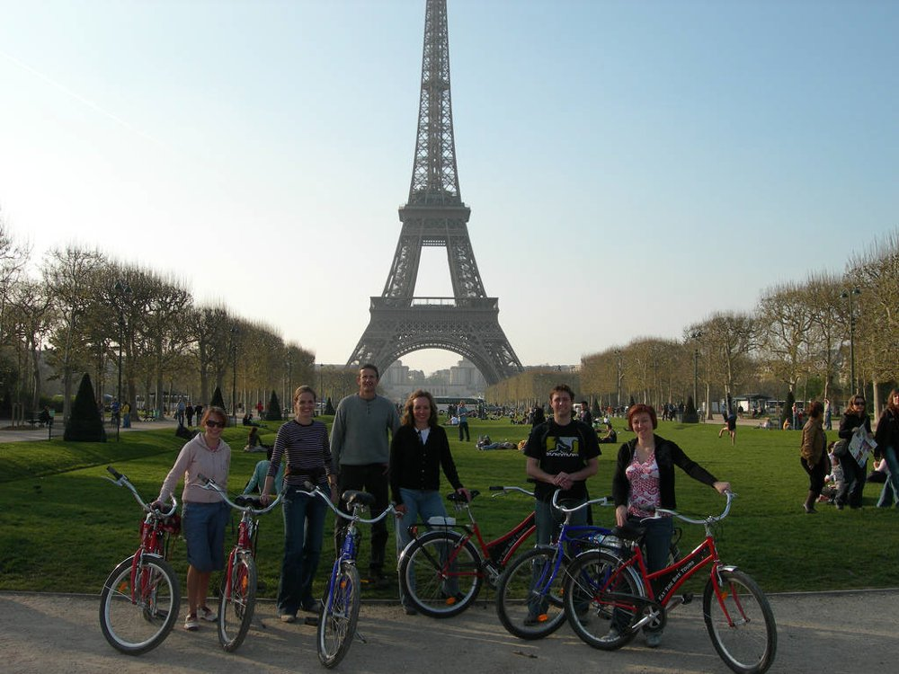 Fat-Tire-Bike-group-in-front-of-Eiffel-Tour.