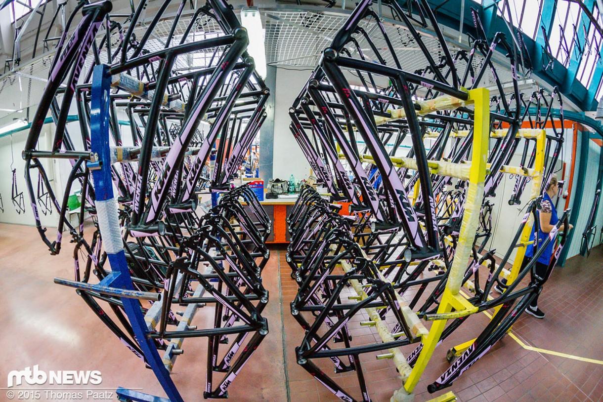 Στην συνέχεια τα ποδήλατα είναι έτοιμα για το εξωτερικό βερνίκι.
