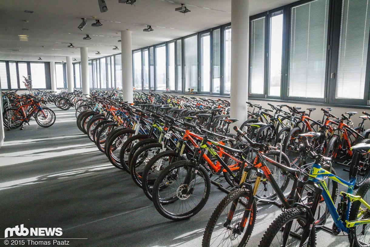 Η αίθουσα με τα χιλιάδες demo ποδήλατα.