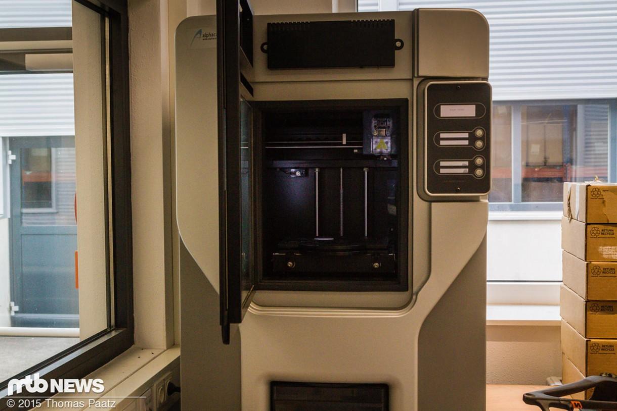"""Δεν είναι κάποια τεράστια καφετέρια, αλλά ο 3D εκτυπωτής στον οποίο """"εκτυπώνονται"""" όλα τα πρωτότυπα πλαίσια και εξαρτήματα."""