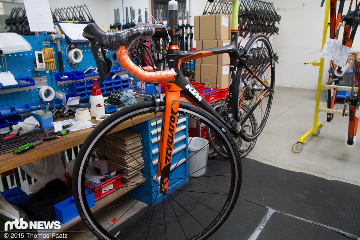 Όπως είναι αναμενόμενο τα καλύτερα μοντέλα της εταιρίας, είτε πρόκειται για ποδήλατα βουνού, είτε για ποδήλατα δρόμου έχουν ξεχωριστή γραμμή συναρμολόγησης με ειδικευμένους τεχνικούς.