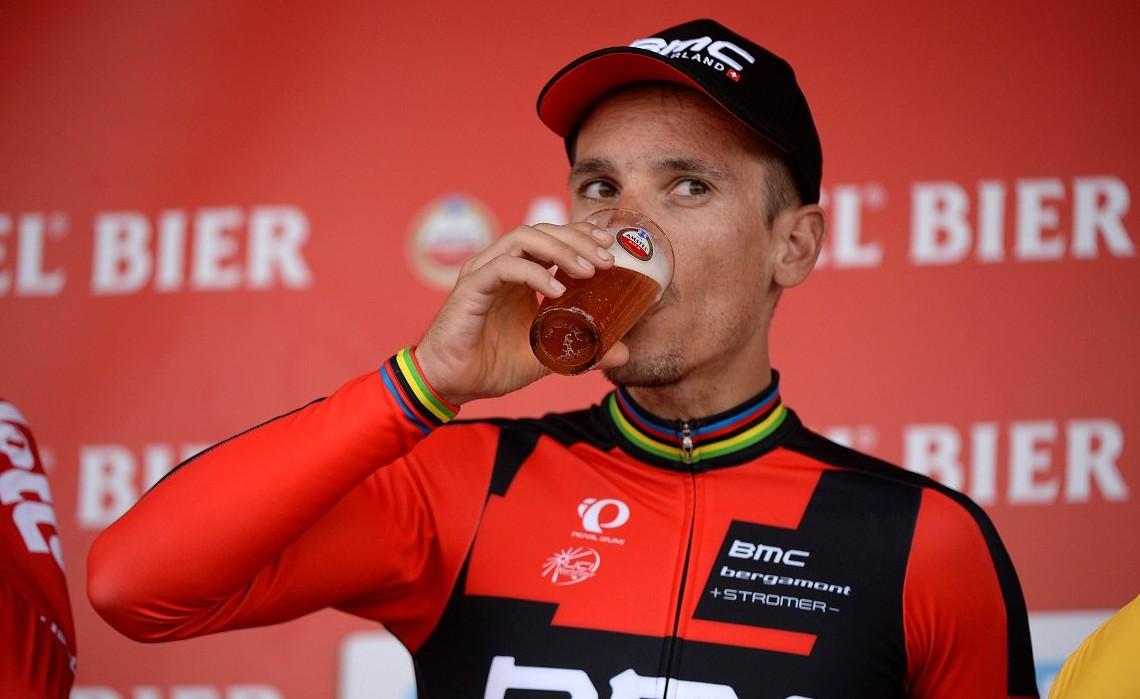 Ο Philippe Gilbert απολαμβάνει την μπύρα του νικητή.