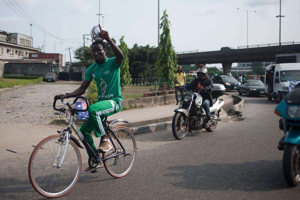 nigerian-football-on-head-100-km-cycle-2