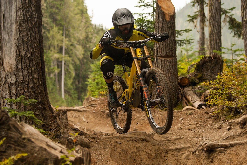 remy-metailler-roots-attack-position-fast-downhill
