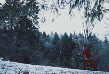 santa-walking-bike-snow