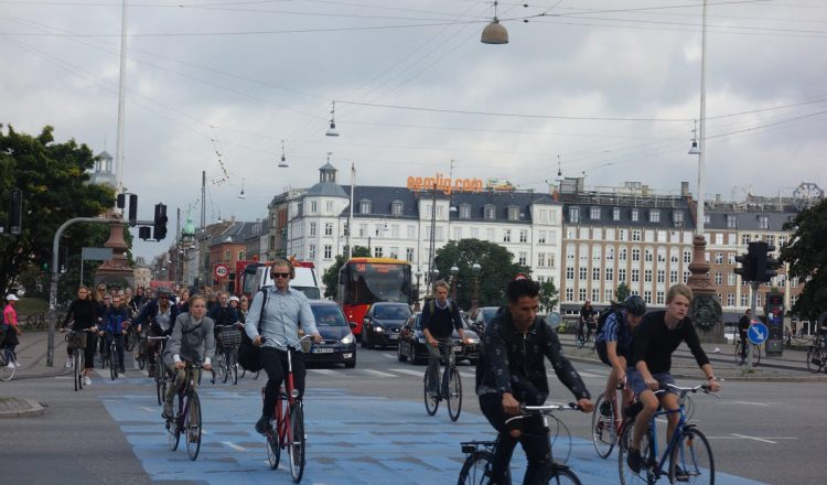 copenhagen-bicycle-life-360-commute-busy-bike-lane
