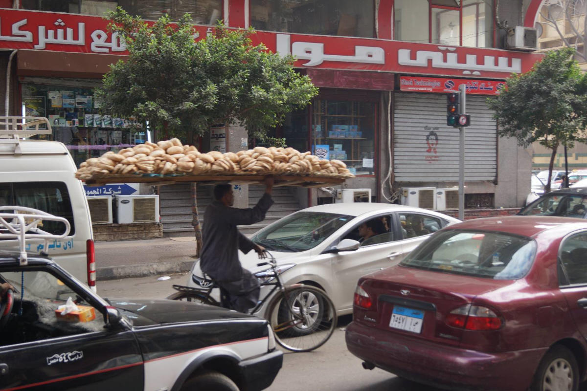 another-bread-delivery-boy-cycling-in-cairo