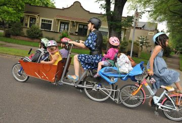 dutch carring children with bicycle (1)