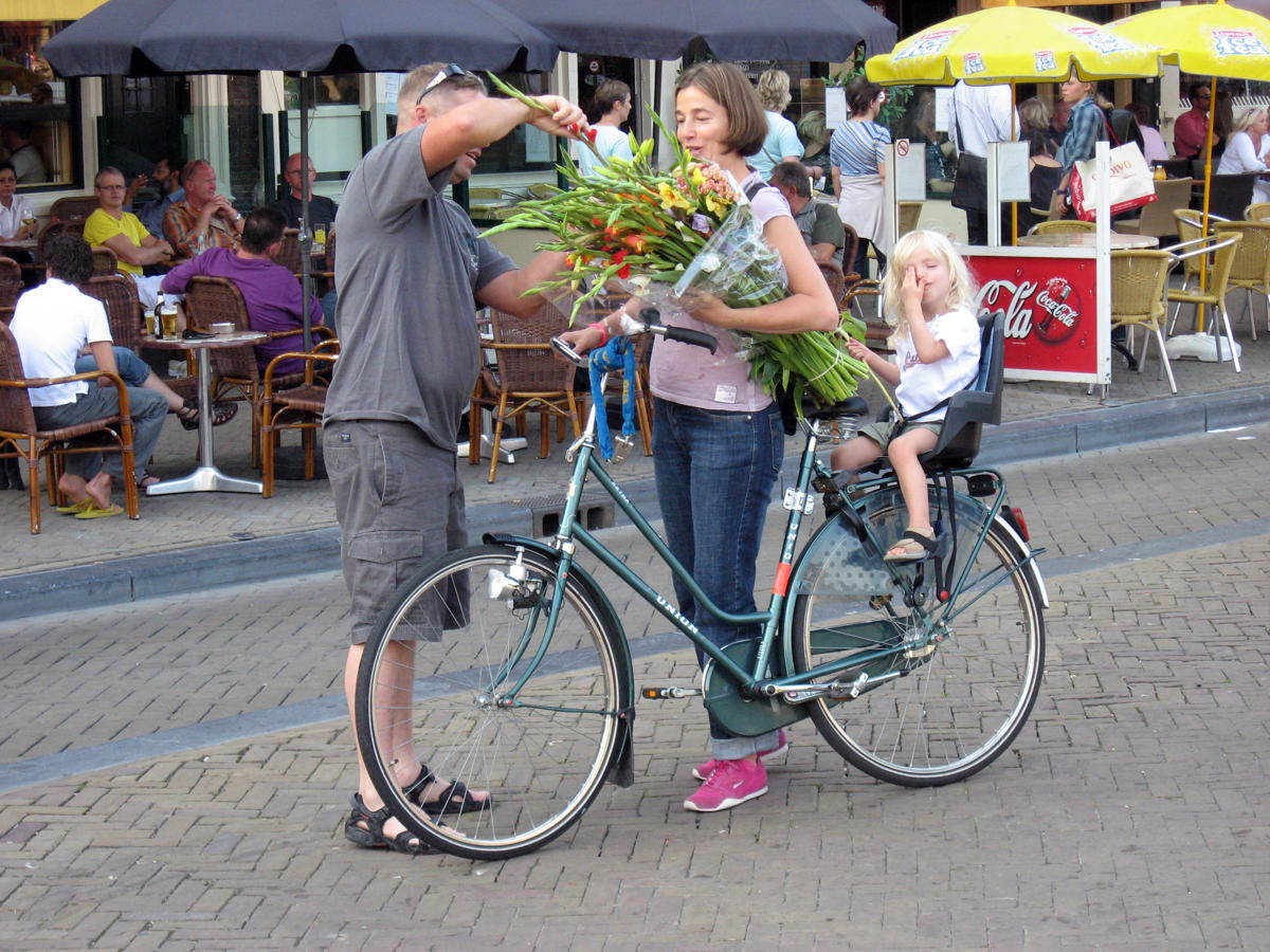 dutch carring children with bicycle (2)