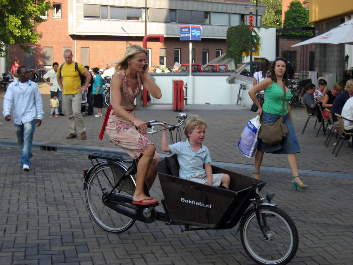 dutch carring children with bicycle (3)